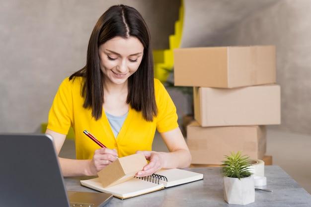 発送用の箱を準備する女性