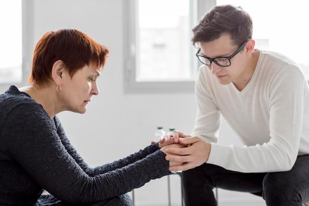 心理学者が患者に相談するの正面図