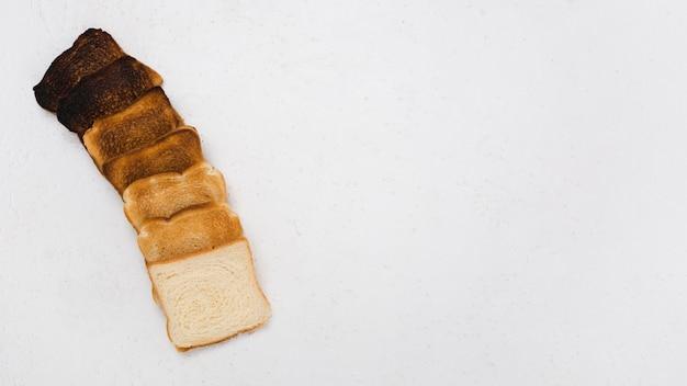 Вид сверху расположения поджаренного хлеба
