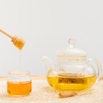 クローズアップティーポットと蜂蜜の瓶