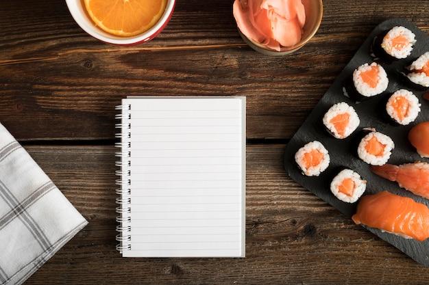 Вид сверху копировальная паста с суши