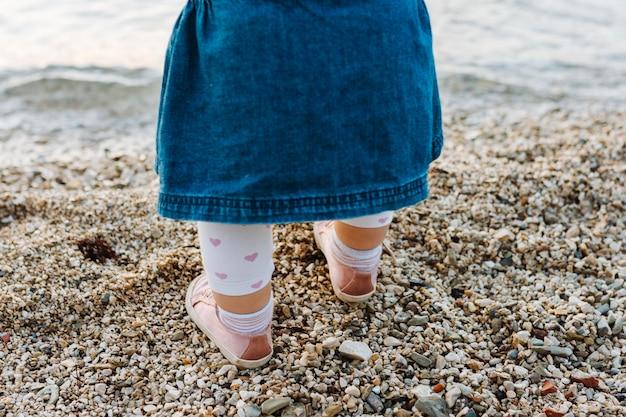Ребенок на песке пляжа