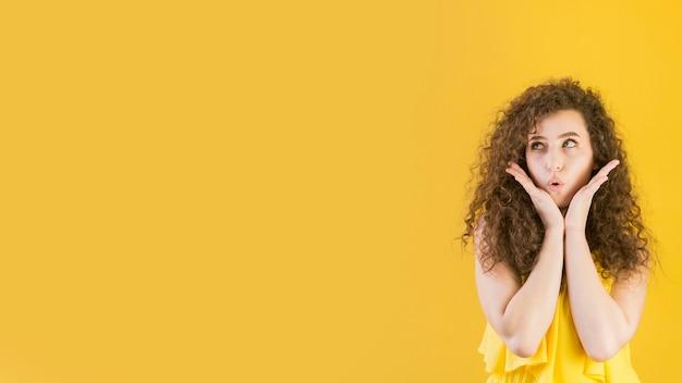 Молодая девушка дует поцелуй копией пространства