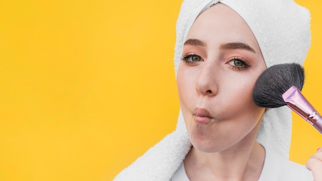 Молодая девушка делает макияж