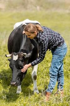 Женщина с коровой на ферме