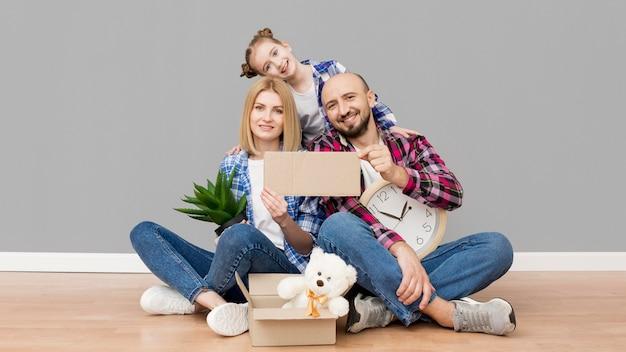 Семья переезжает в новый дом