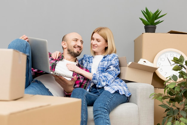 Пара переезжает в новый дом