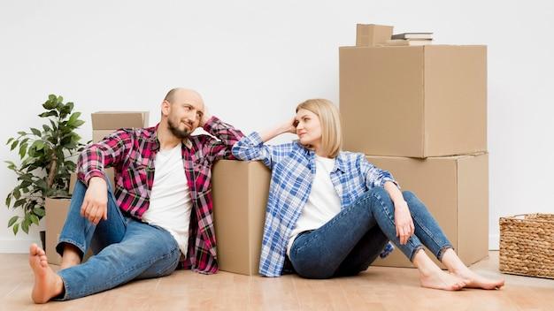 新しい家に移動するカップル