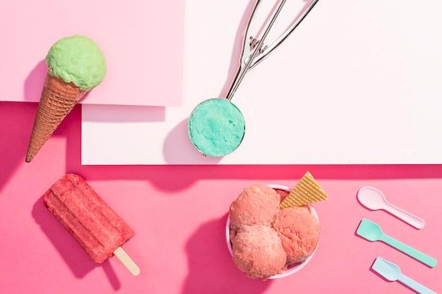 Вид сверху мороженое на столе