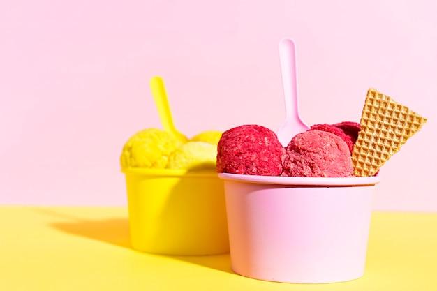 Крупным планом мороженое в миску