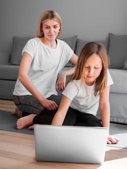 ママと女の子のラップトップを使用して