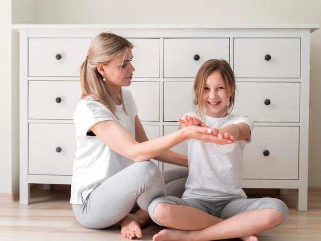Мать и девочка занимаются спортом