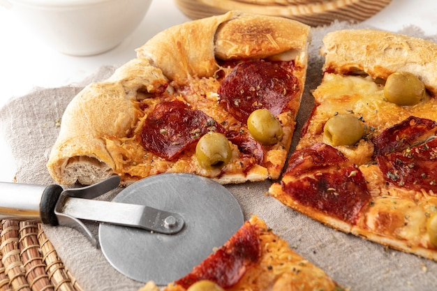 テーブルでスライスしたピザ