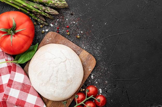 Тесто и овощи для пиццы