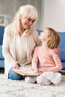 読んでいる女の子とおばあちゃん