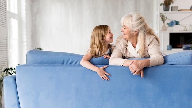 時間を過ごす少女と祖母