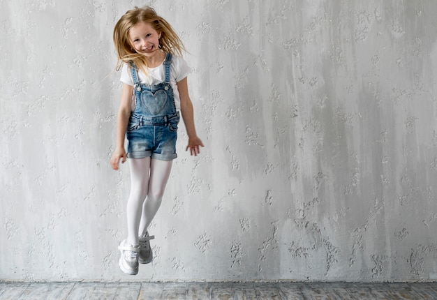 Маленькая девочка прыгает