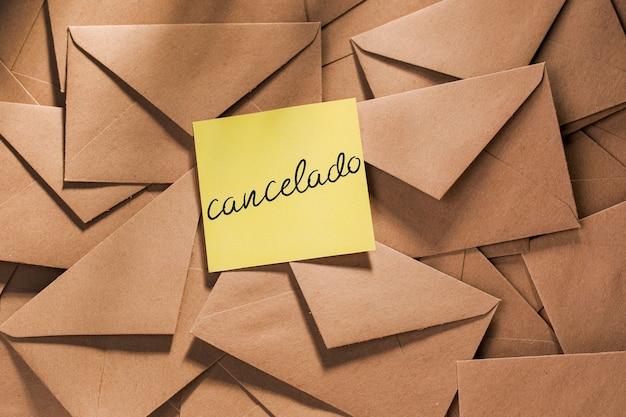 延期されたメッセージが記載された封筒パック