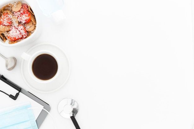 Чаша с фруктами на завтрак и инструменты с копией пространства