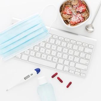 Чаша с фруктами на завтрак и медицинские инструменты в офисе