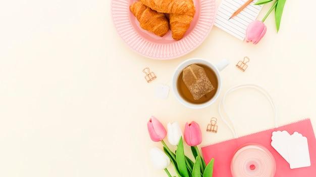 机の上のオフィスの朝食のクロワッサン