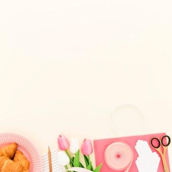 朝食用のコピースペースのおいしいクロワッサン