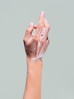 石鹸で泡立つ手洗い