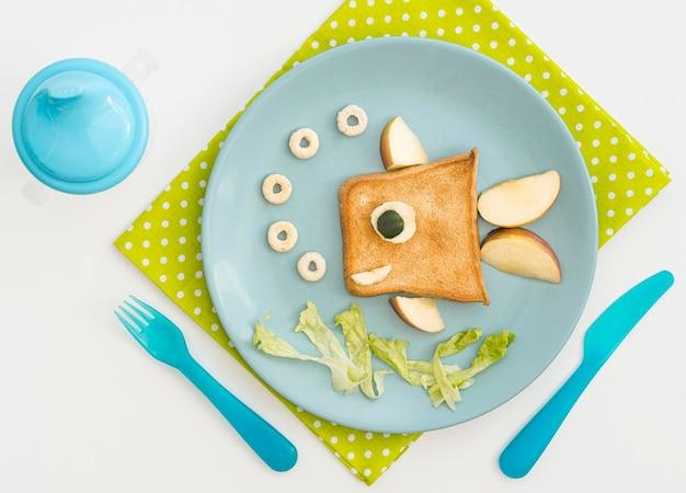 Тарелка с тостами в форме рыбы с яблоком