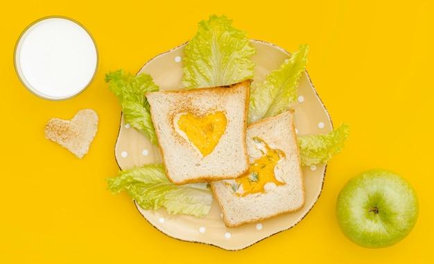 Яичный тост с салатом и яблоком