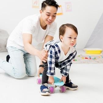 スケートボードを使用して幼児を助ける男