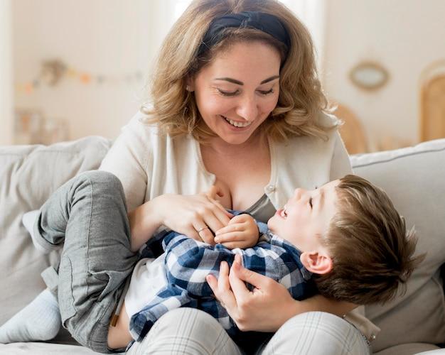 正面の女性と子供