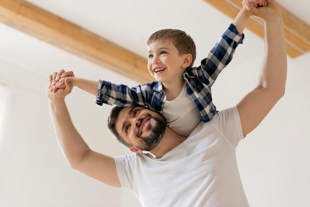 楽しい時間を過ごしている父と息子
