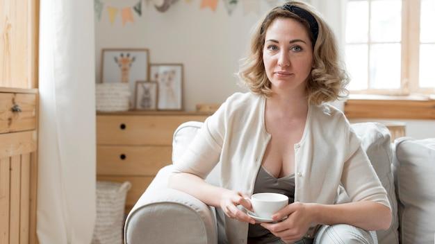 Женщина вид спереди, пить ее утренний кофе