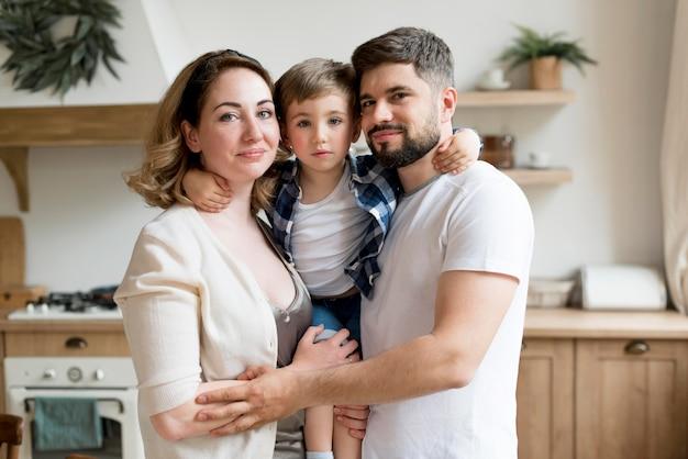 正面の幸せなカップルと彼らの子供
