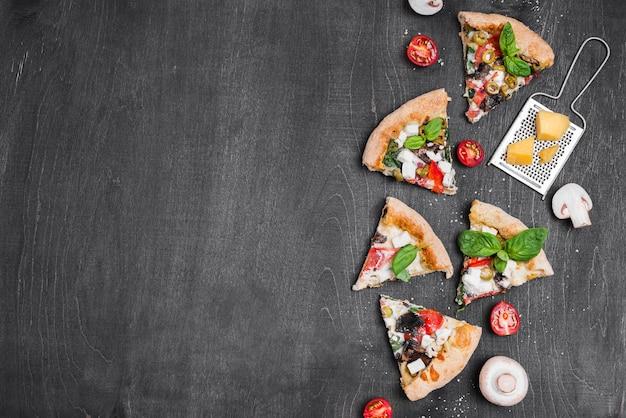Выше вид композиции ломтики пиццы