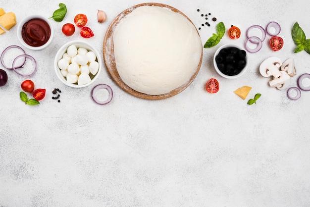 Вид сверху тесто для пиццы с копией пространства
