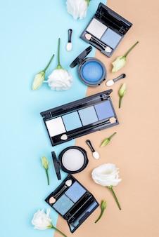 二色の背景に美容製品のトップビューセット
