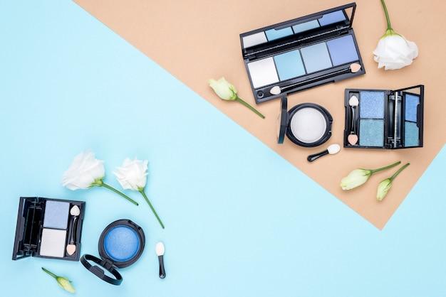 二色の背景にコピースペースを持つさまざまな化粧品の組成