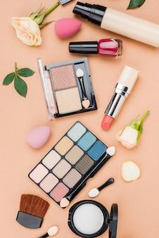ベージュ色の背景に美容製品のフラットレイアウトセット