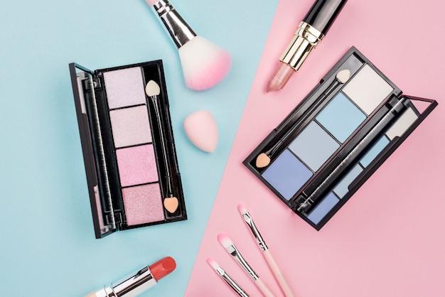 平らな二色の背景に美容製品の品揃え