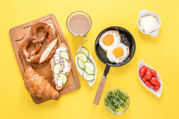 Вкусный завтрак на столе