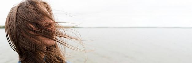 海辺で無料のクローズアップ女性
