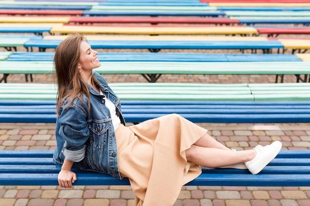 Высокий угол женщина на скамейке
