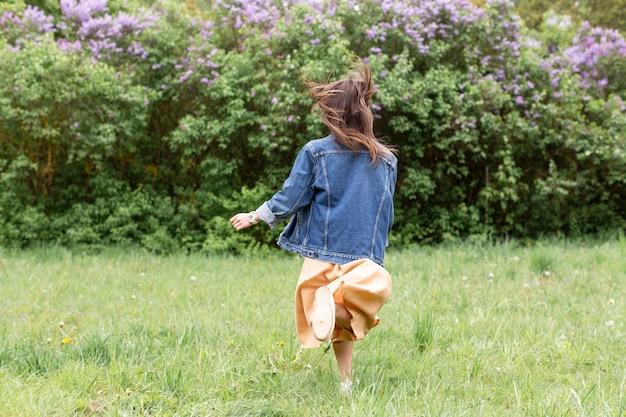 自然を走っている肖像画の女性