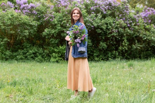 ライラックの花束を持つ女性