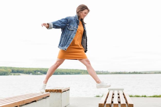 海ポントンの上を歩く女性