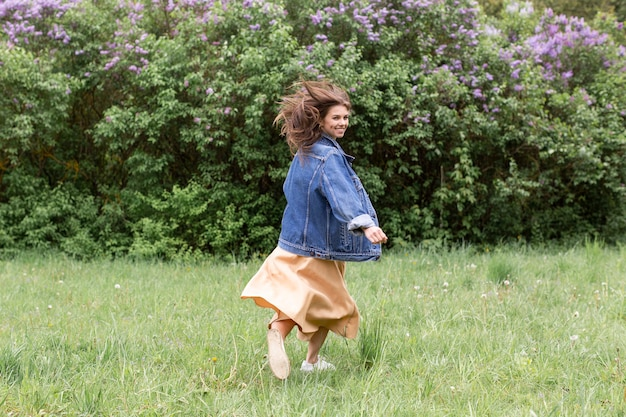自然の中で走っている女性