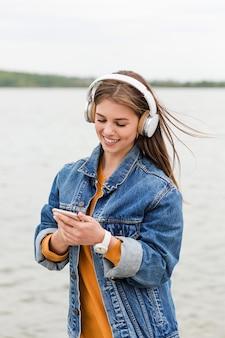 音楽の携帯電話をチェックする女性