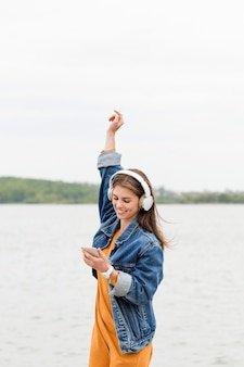 女性の携帯電話をチェック