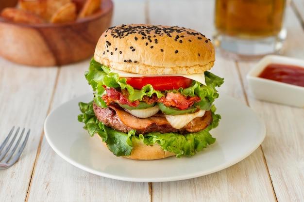 Вкусный гамбургер с тарелкой